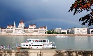 Regenbogen über Budapest